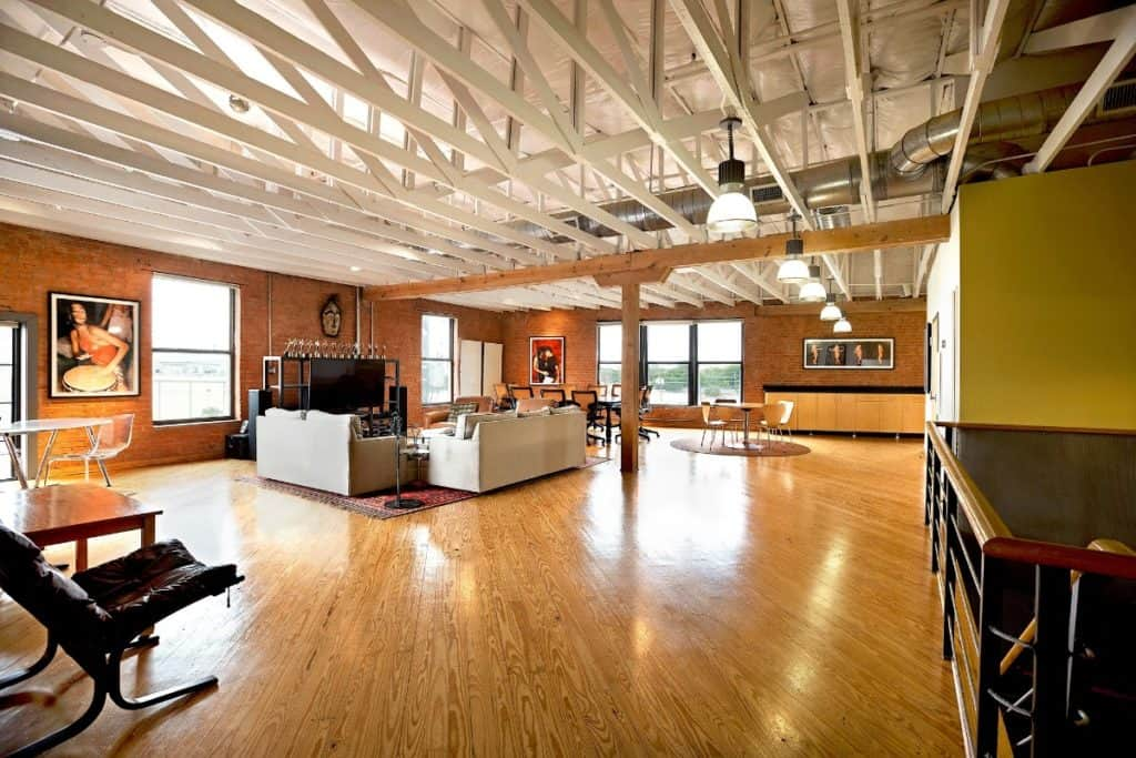 Large studio with raised ceiling and separate lounge dallas rental